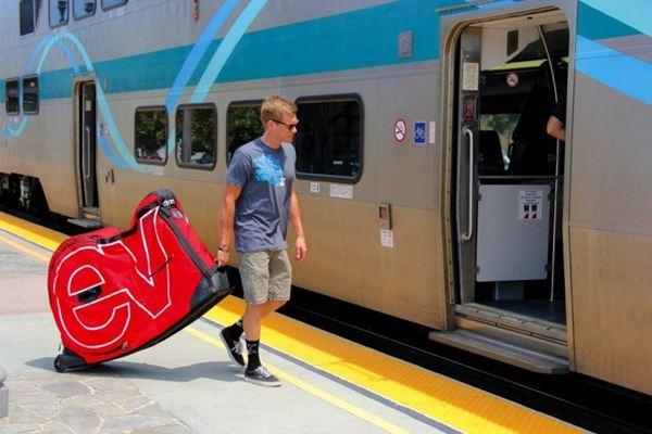 Viajar de avião, trem, ônibus ou de carro levando a sua bicicleta